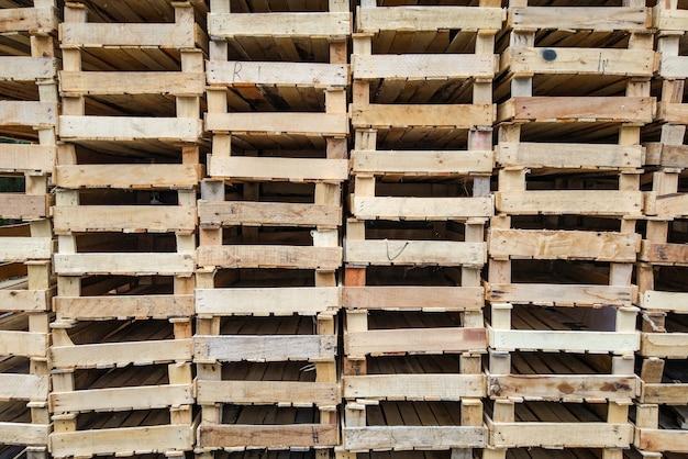 Stos pustych drewnianych skrzynek po owocach