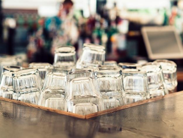 Stos pustych szklanek
