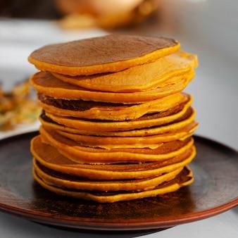 Stos pyszne naleśniki na brązowym talerzu. jesienne zdrowe jedzenie.