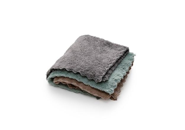 Stos ręczników na białym tle