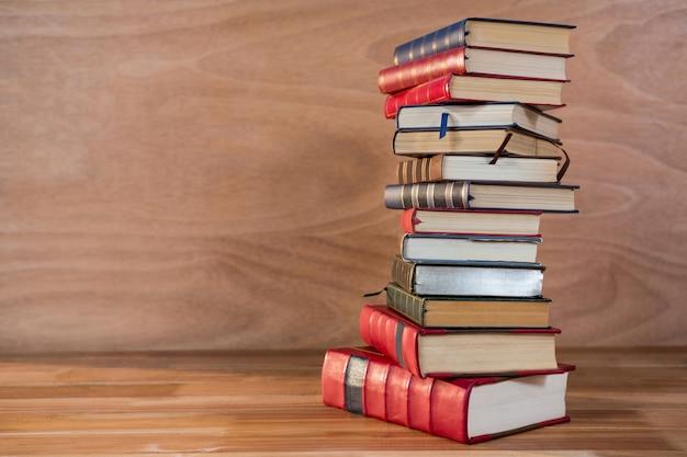 Stos różnych książek na stole