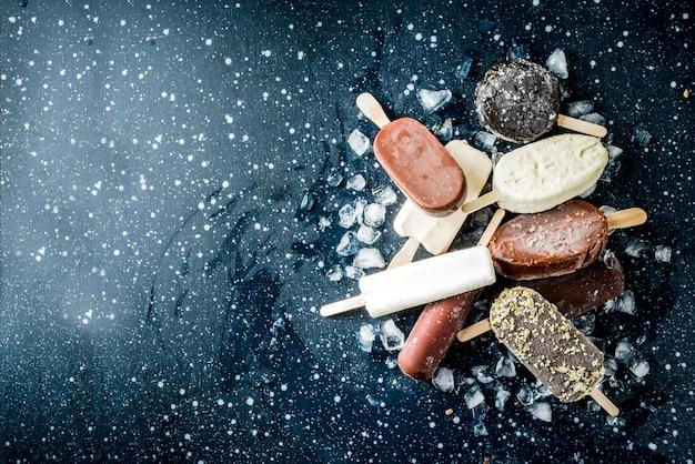 Stos różnych lodów popsicle