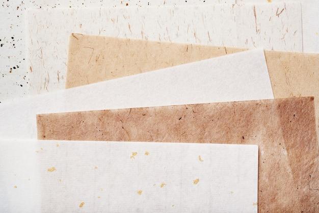 Stos różnych rodzajów papieru czerpanego