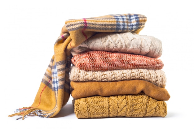 Stos różnych swetry izolowane