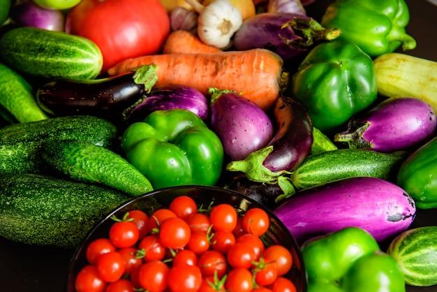 Stos różnych świeżych warzyw na stole