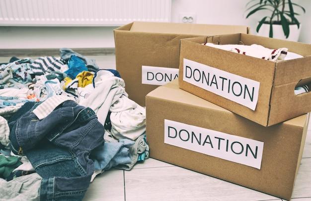 Stos różnych ubrań dla dzieci gotowych do sortowania na datki
