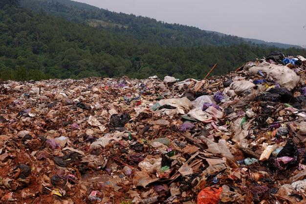 Stos śmieci na wysypisku śmieci lub na składowisku. pojęcie zanieczyszczenia.