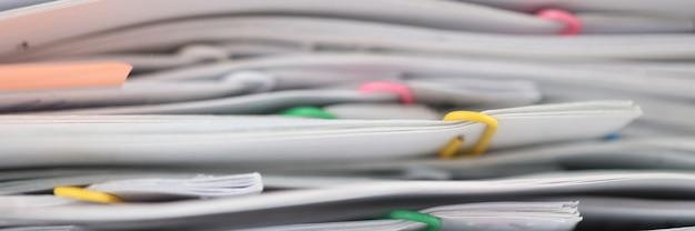 Stos sprawozdawczych dokumentów papierowych na pulpicie