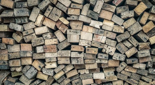 Stos starego drewna
