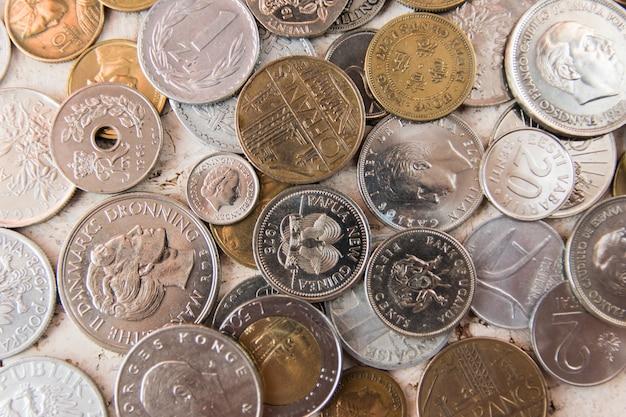 Stos starego złota i silber monet tło