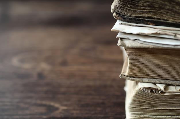 Stos starej książki retro na drewnianym brązowym stole