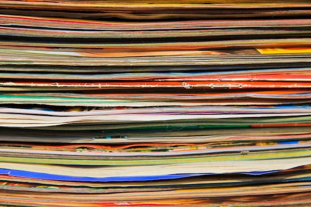 Stos starych czasopism w tle