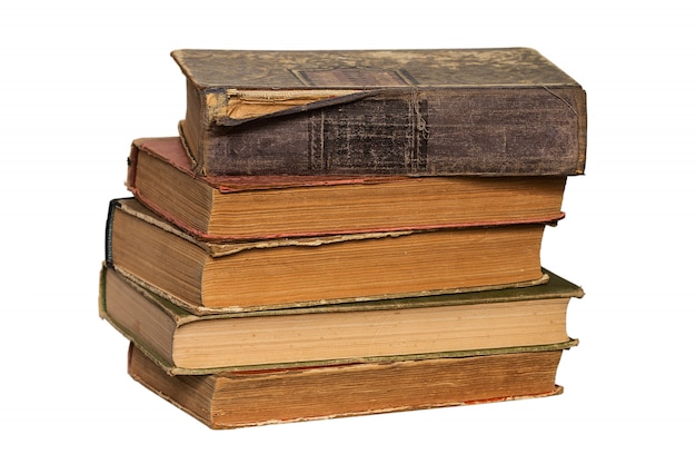 Stos starych książek na białym tle