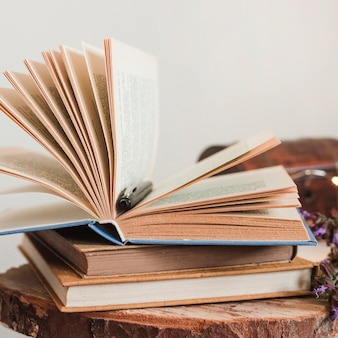 Stos starych książek w twardej oprawie