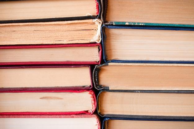 Stos starych książek wiążących się ze sobą