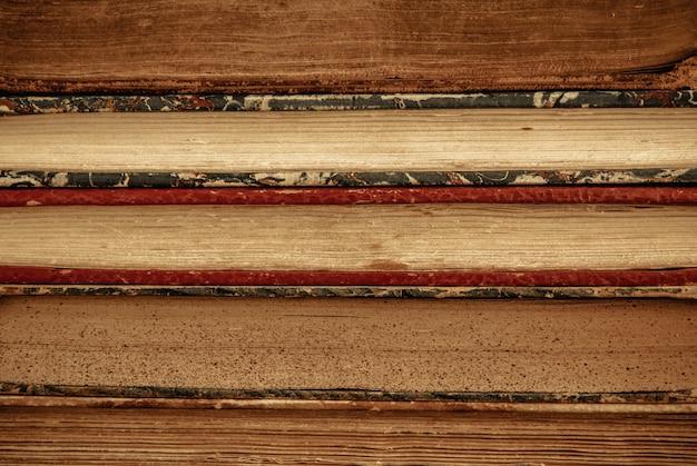 Stos starych książek z bliska
