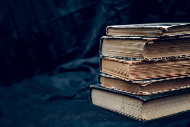 Stos starych książek