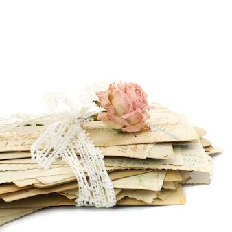 Stos starych listów miłosnych (1890-1910), koronki i kwiat róży