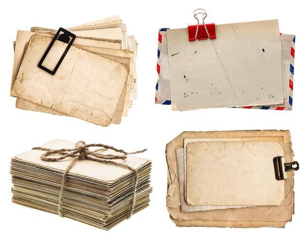 Stos starych pocztówek na białym tle na białym tle archiwalne arkusze papieru
