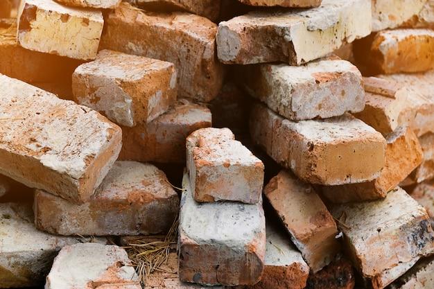 Stos starych połamanych cegieł. odpady budowlane.
