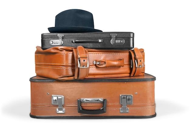 Stos starych walizek. koncepcja podróży