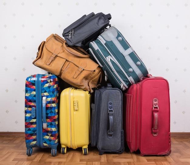 Stos starych walizek