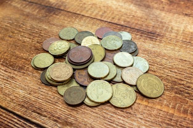 Stos starych zardzewiałych mosiądzu monety euro na drewnianym stole