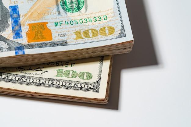 Stos stu pieniądze stos dolar usd, płacić, wymiany i patrząc na numery 100 dla rachunków biznesowych koncepcji inwestycji zamknij makro fotografii samodzielnie na białym tle i wolnego miejsca.