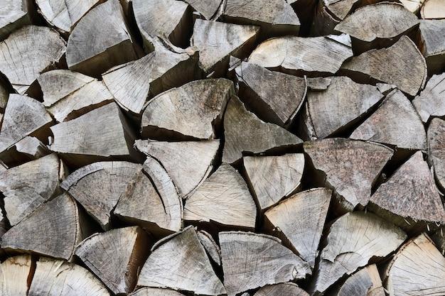 Stos suchych bali drewnianych do ognia