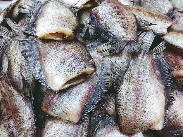 Stos suszonych ryb trichogaster pectoralis bliska