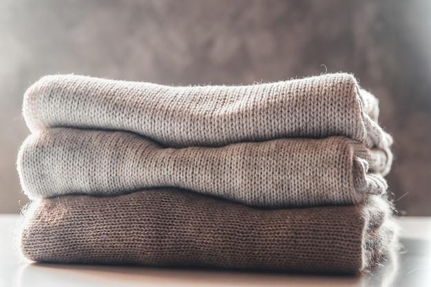Stos swetrów z dzianiny, pojęcie ciepła i komfortu, hobby, tło, zbliżenie
