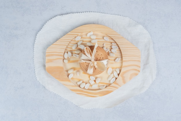 Stos świątecznych ciastek i orzeszków ziemnych na drewnianym talerzu. wysokiej jakości zdjęcie