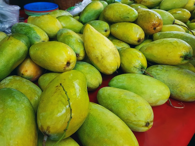 Stos świeżych zielonych dojrzałych mango na rynku