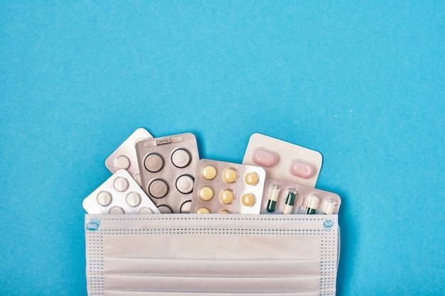 Stos tabletek w opakowaniach typu blister na niebieskim tle miejsca kopiowania widok z góry
