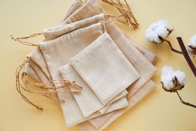 Stos toreb bawełnianych wielokrotnego użytku na jasnym tle