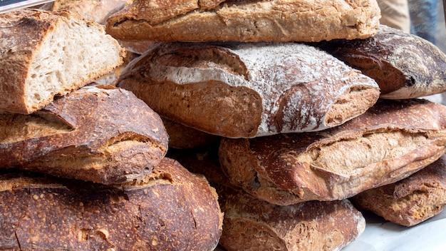 Stos tradycyjnych chlebów w piekarni