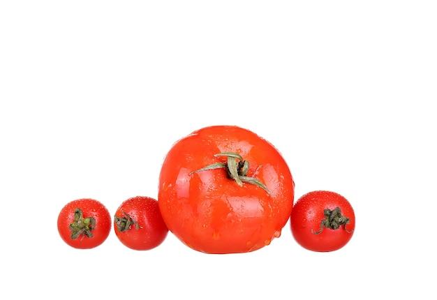 Stos warzyw pomidorowy na białym tle na wycięcie białej ściany