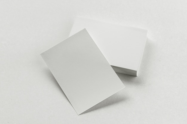 Stos wizytówek na papierze białym tle