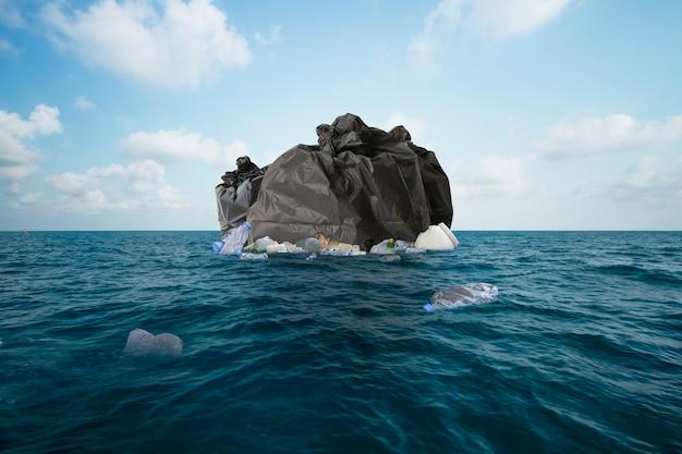 Stos worka na śmieci i zanieczyszczenie plastikiem w oceanie