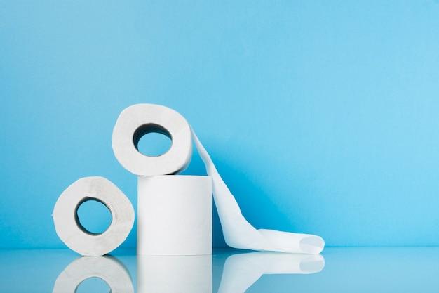 Stos wysoki kąt z rolkami papieru toaletowego
