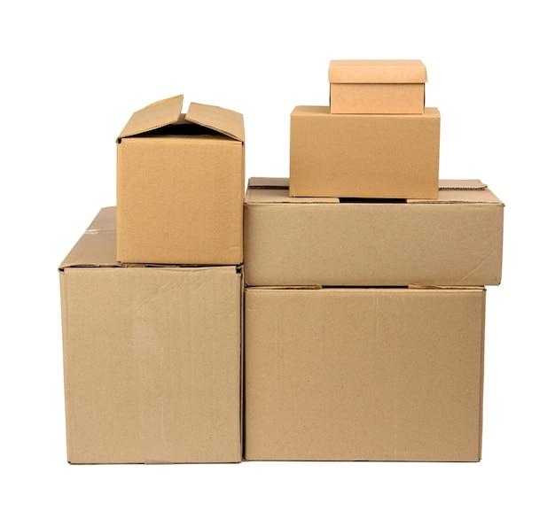 Stos zamkniętych pudełkach kartonowych brązowego papieru na białym tle