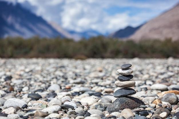 Stos zbalansowanych kamieni zen