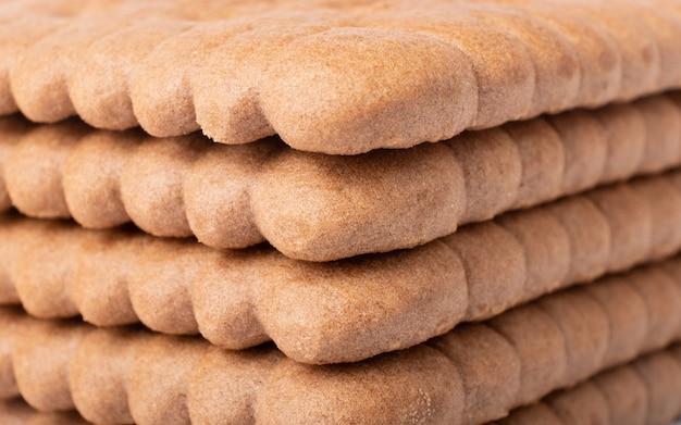 Stos zbliżenie kakaowe ciasteczka teksturowane.
