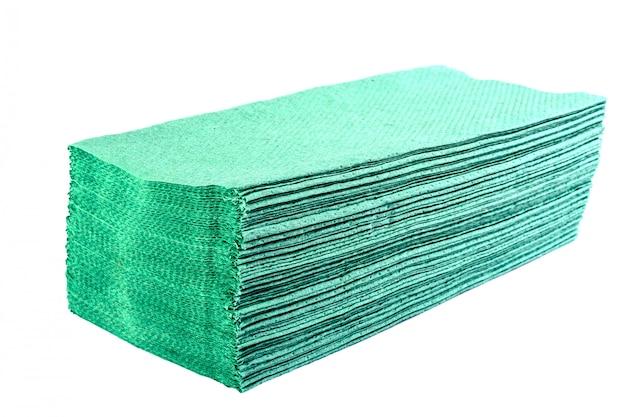 Stos zielonych jednorazowych higienicznych ręczników papierowych lub serwetek do użytku w łazience lub kuchni.