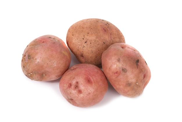 Stos ziemniaków na białym tle