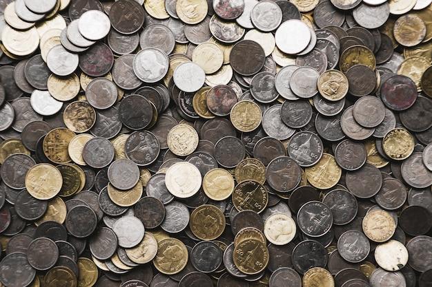 Stos złotej monety, srebrna moneta, moneta miedziana.