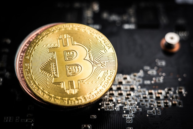 Stos złotych bitcoinów