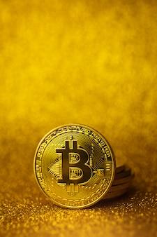 Stos złotych monet bitcoin. rodzaj koncepcji finansowania biznesu