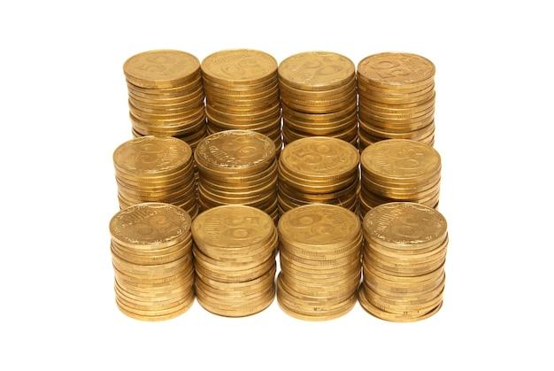 Stos złotych monet na białym tle