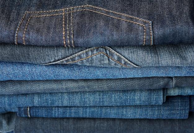 Stos złożone niebieskie spodnie jeansowe